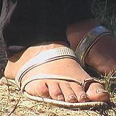 Серебристые вьетнамки на босых ножках
