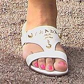 Белые босоножки и розовый педикюр на фото