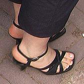 Крупные женские пальчики в босоножках