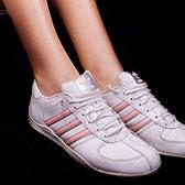Белые кроссовки и босые ножки фото