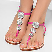 Пальчики девушки, в розовых вьетнамках