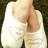 Женская ступня в мягких плюшевых тапочках