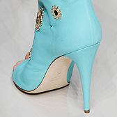 Голубые ботильоны на девичьих ножках, фото