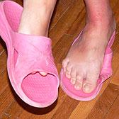 Девушка сняла с ножек розовые тапочки
