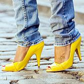 Фото ножек в желтых туфельках на каблуке