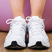 Фото на мяче босиком в белых кроссовках