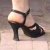 Фото женских пяточек в черных босоножках