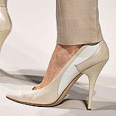 Женские туфли-лодочки на босой ножке фото
