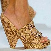 Нынче в моде туфли с треугольным каблуком