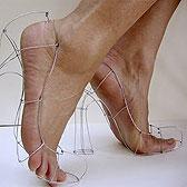 Туфли из проволоки на босых ножках