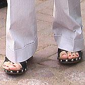 Босоножки с заклепками не «идут» к брюкам
