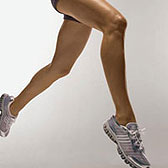 Босые ножки бегают в кроссовках