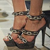 Платформы с цепями сковали босые ступни
