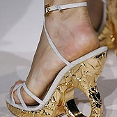 Женские пяточки на позолоченных каблуках
