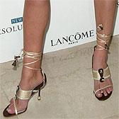 Девон Аоки демонстрирует босые ножки
