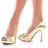 Открытые пальчики ножек в золотых туфлях